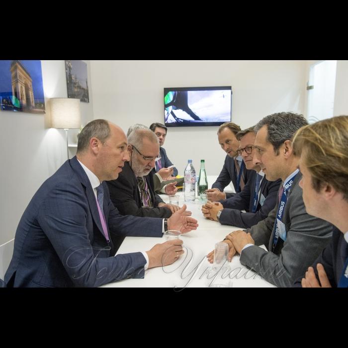 Голова Верховної Ради України Андрій Парубій розпочав візит до Французької Республіки. Париж.  Робочі зустрічі на стендах компаній «Укроборонпром», «Аirbus» та «Thales». Робочі зустрічі на стендах компанії «Аirbus»