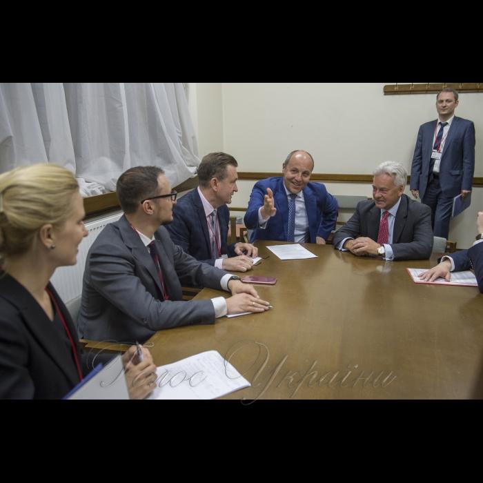 Голова Верховної Ради Андрій Парубій перебуває з візитом у Сполученому Королівстві Великої Британії та Північної Ірландії. Зустріч з Міністром у справах Європи та Північної і Південної Америк сером Аланом Данканом