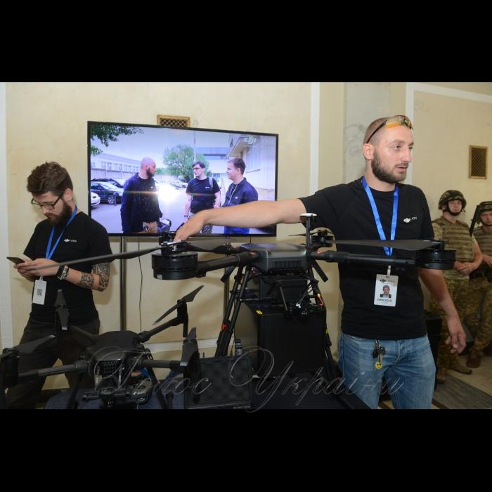 У Верховній Раді України розгорнуто виставку-презентацію сучасних квадрокоптерів та мультироторних платформ, які використовуються у світі для аерозйомки, моніторингу, забезпечення безпеки, пошуково-рятувальних робіт при пожежах та інших надзвичайних ситуаціях.  На заході представленo лінійка квадрокоптерів для аматорського та професійного використання, камери та обладнання, а також польотний симулятор, завдяки якому тренуються пілоти, підвищуючи свої навички керування БПЛА.
