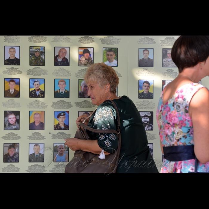 28 серпня 2018 Київ. Люди прийшли пом'янути загиблих у АТО рідних напередодні Дня пам'яті на Михайлівську площу до стіни пам'яті.