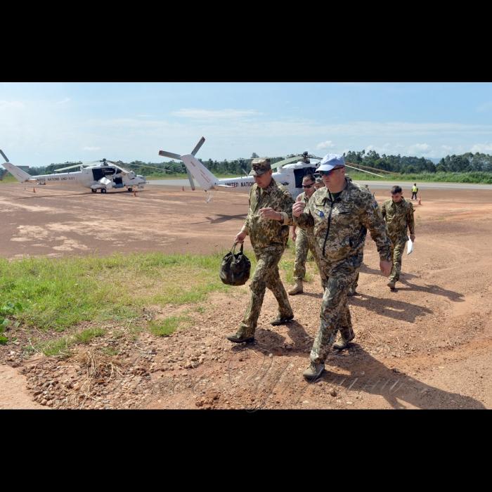 26 жовтня 2018 вертольотчики України у небі Африки. У Демократичній Республіці Конго вже 6-й рік поспіль несуть службу у 18-му окремому вертольотному загоні миротворчих силах ООН (MONUSCO) українські вертольотчики. Всі вони – учасники нашої війни – кажуть, що після їхньої бойової роботи на захисті рідної землі служба в Африці вже не видається такою аж складною, вдома бачили страшніше… Командир загону 8-ї ротації підполковник Григорій Ситник та командир загону 9-ї ротації полковник Віталій Цапко на аеродромі Бені.