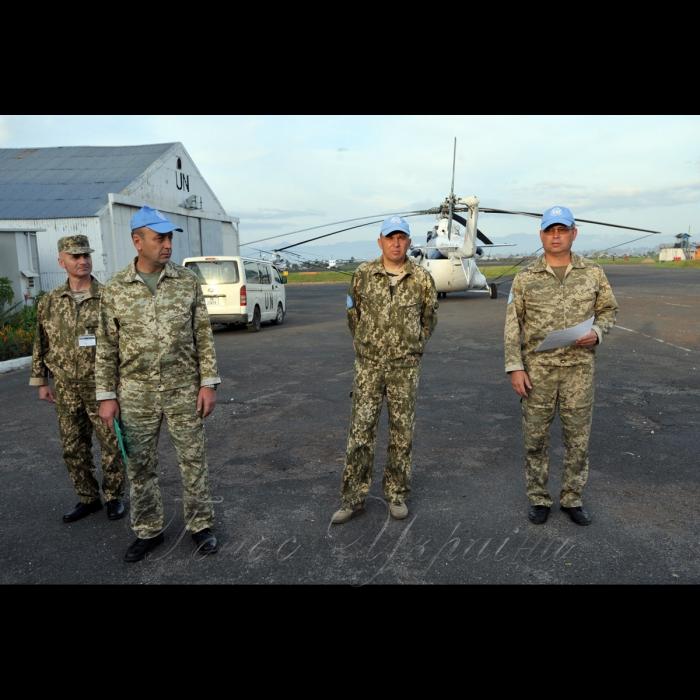 26 жовтня 2018 вертольотчики України у небі Африки. У Демократичній Республіці Конго вже 6-й рік поспіль несуть службу у 18-му окремому вертольотному загоні миротворчих силах ООН (MONUSCO) українські вертольотчики. Всі вони – учасники нашої війни – кажуть, що після їхньої бойової роботи на захисті рідної землі служба в Африці вже не видається такою аж складною, вдома бачили страшніше… Інженери інженерно-авіаційної служби загону.