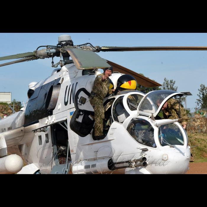 26 жовтня 2018 вертольотчики України у небі Африки. У Демократичній Республіці Конго вже 6-й рік поспіль несуть службу у 18-му окремому вертольотному загоні миротворчих силах ООН (MONUSCO) українські вертольотчики. Всі вони – учасники нашої війни – кажуть, що після їхньої бойової роботи на захисті рідної землі служба в Африці вже не видається такою аж складною, вдома бачили страшніше… Заступник командира 9-ї ротації підполковник Руслан Мельник на аеродромі Бені.