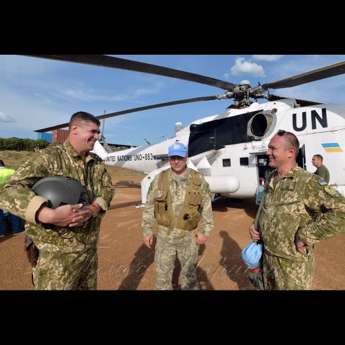 26 жовтня 2018 вертольотчики України у небі Африки. У Демократичній Республіці Конго вже 6-й рік поспіль несуть службу у 18-му окремому вертольотному загоні миротворчих силах ООН (MONUSCO) українські вертольотчики. Всі вони – учасники нашої війни – кажуть, що після їхньої бойової роботи на захисті рідної землі служба в Африці вже не видається такою аж складною, вдома бачили страшніше… Командир загону 9-ї ротації полковник Віталій Цапко, заступник командира 8-ї ротації полковник Віталій Хоптій, заступник командира 9-ї ротації підполковник Руслан Мельник на аеродромі Бені.