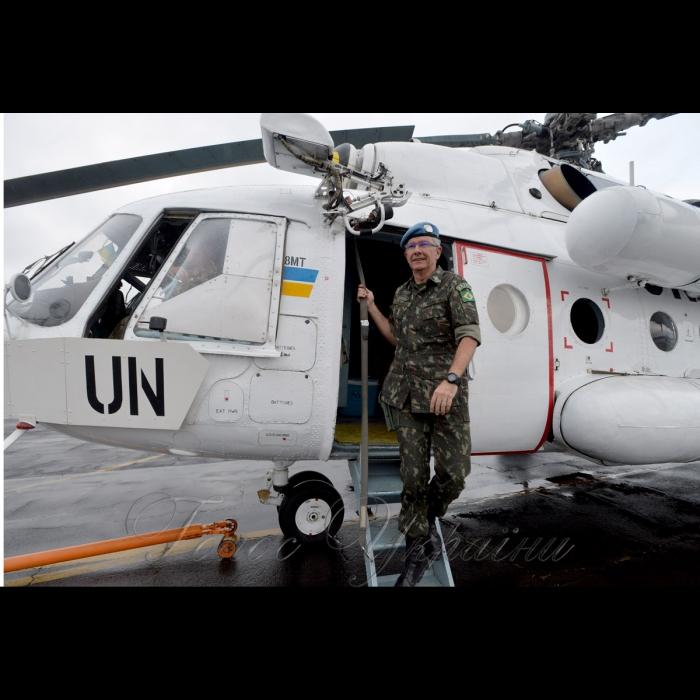26 жовтня 2018 вертольотчики України у небі Африки. У Демократичній Республіці Конго вже 6-й рік поспіль несуть службу у 18-му окремому вертольотному загоні миротворчих силах ООН (MONUSCO) українські вертольотчики. Всі вони – учасники нашої війни – кажуть, що після їхньої бойової роботи на захисті рідної землі служба в Африці вже не видається такою аж складною, вдома бачили страшніше… Бразилійський генерал Еліас.