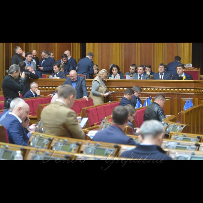 9 ноября 2018 пленарное заседание Верховной Рады Украины. Председательствующий сообщил, что в сессионном зале присутствуют члены Кабинета Министров во главе с Премьер-министром Владимиром Гройсманом. Началась «час вопросов к правительству».