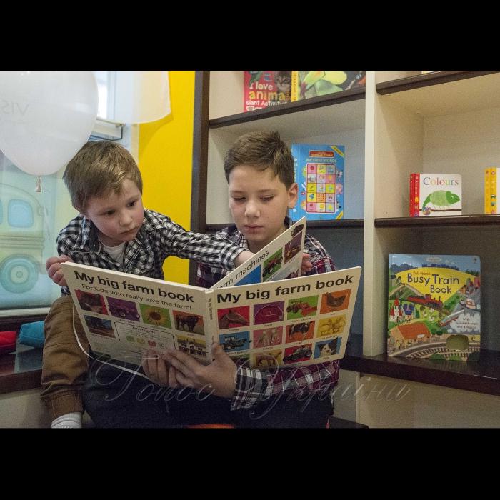 16 листопада 2018 вчора в столиці відбулося презентація першого в Україні  тримовного дошкільного закладу мережі «Vision Preschool Network». У цій незвичайній школі навчання відбувається в англомовному середовищі. В навчальних планах-тематичні заняття, семінари та інші цікаві види діяльності, що дозволять дітям  розвивати всі якості своєї особистості у різноманітній і мотивуючій сімейній атмосфері. Навчання проводиться англійською, українською і французькою мовами в ігровій формі, доступно і цікаво для дітлахів. Найперший учень тримовного дошкільного закладу мережі «Vision Preschool Network» Павлик і його старший брат Михайло.