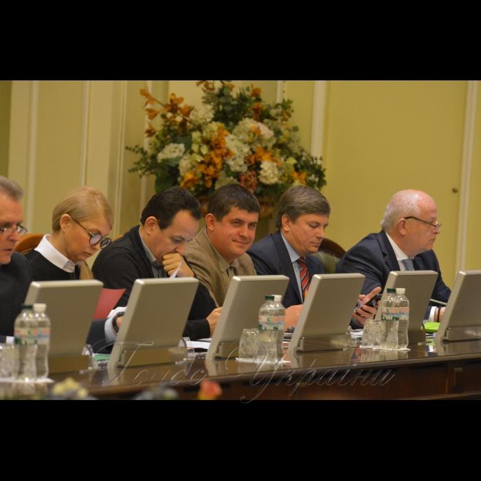 19 ноября 2018 согласительный совет в Верховной Раде Украины. Юлия Тимошенко (Б), Олег Березюк (САМ), Максим Бурбак (НФ), Артур Герасимов (БП), 1-й вице-премьер министр Степан Кубив.