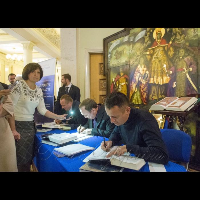 20 декабря 2018 Председатель Верховной Рады Украины Андрей Парубий принял участие в заключительном этапе акции Всеукраинского переписывание Библии, инициированной Украинской Библейским Обществом.