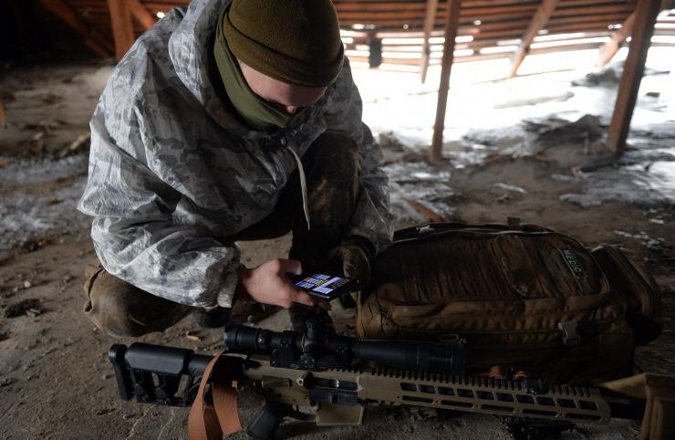 6 лютого 2019 один із снайперських спецпідрозділів, який воює в районі Донецького аеропорту захищає піхоту високоточною зброєю і своїми талантами і вміннями.  Снайпери на війні – особлива каста. Ті з ким довелось спілкуватись – розумні, розважливі, спокійні. З почуттям гумору. Робота їхня складна - потребує терпіння. Для снайпера важлива його зброя. Вона повинна бути точною і надійною. Одним словом, чим дорожче тим краще.