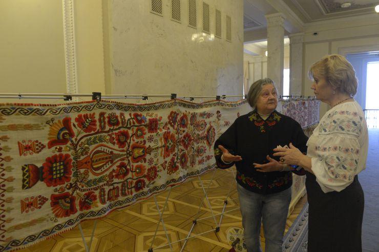 26 лютого 2019 у кулуарах Верховної Ради представлено Рушник Національної Єдності та колекцію вишиванок в експозиції «Весна іде». Автор ідеї створення Рушника Тамара Степаненко (ліворуч).