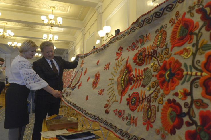 26 лютого 2019 у кулуарах Верховної Ради представлено Рушник Національної Єдності та колекцію вишиванок в експозиції «Весна іде».