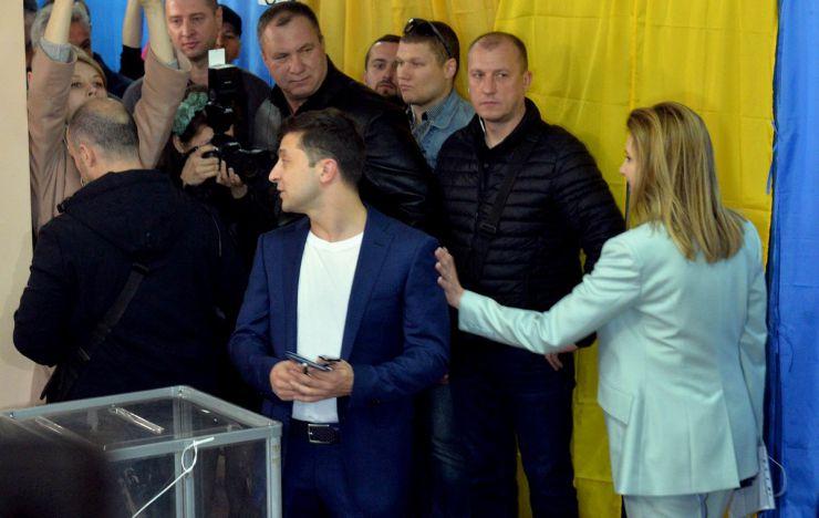 21 квітня 2019 вибори президента України. 2-й тур. Голосує кандидат у президенти Володимир Зеленський та його дружина Олена.