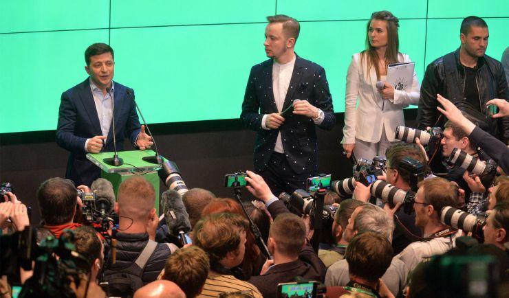 21 квітня 2019 штаб Володимира Зеленського, який за результатами екзит-пулу перемагає у 2-му турі президентських виборів.