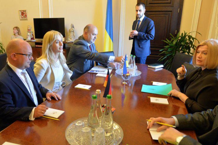 24 апреля 2019 встреча первого заместителя Председателя ВР Украины Ирины Геращенко с депутатами Свободной демократической партии Бундестага ФРГ Ренатой Альт и Франко Мюллер-Розентрит.