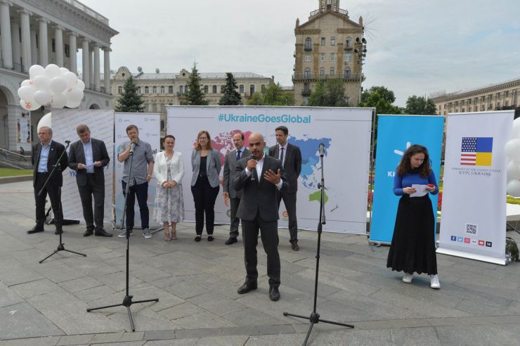 7 червня 2019 у Києві на Майдані Незалежності відбулося відкриття найбільшої волонтерської програми Східної Європи - GoCamp. Близько 100 іноземних волонтерів із 50 країн світу долучаться до створення масштабного арт-об'єкту та представлять власні враження про Україну.