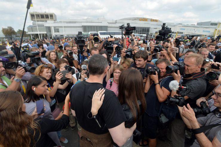 7 вересня 2019 у Київ в аеропорт Бориспіль прилетіли з московського полону 35 українських заручників, серед них 24 моряки захоплених суден у Керченській протоці. Олег Сєнцов з донькою.