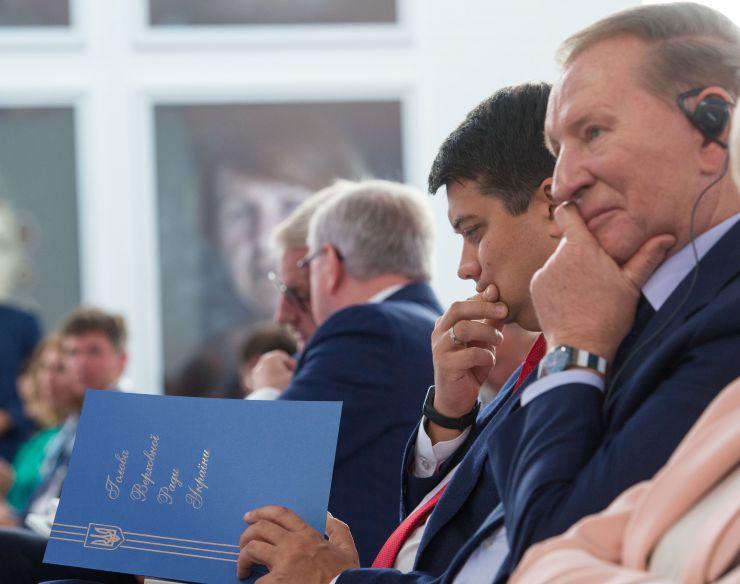 Голова Верховної Ради України Дмитро Разумков  під час виступу на 16-й щорічній зустрічі YES (Ялтинської європейської стратегії) у Києві
