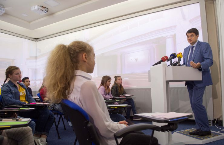 Голова Верховної Ради України Дмитро Разумков зустрівся з школярами в освітньому центри ВР України