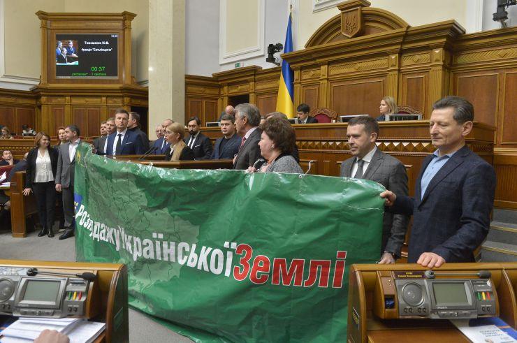 Пленарне засідання Верховної Ради України. Виступ фракції Батьківщина. Тимошенко вийшла до трибуни з фракцією і великим зеленим банером