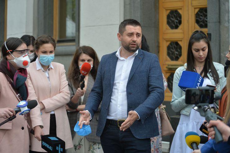 Брифінг народних депутатів України  фракції «Слуга народу» Олександра Корнієнка та Давида Арахамії