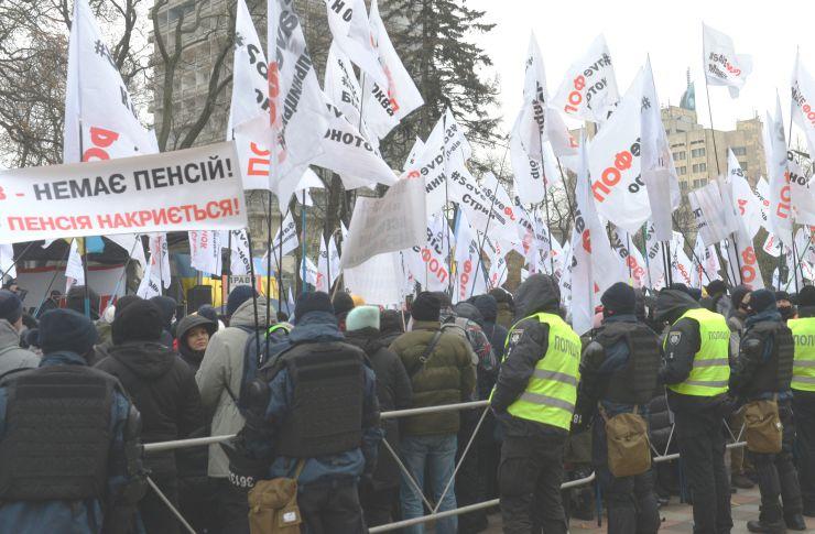 Мітинг малого та середнього бізнесу проти карантину вихідного дня біля Верховної Ради.  Рух на вулиці Грушевського в урядовому кварталі столиці перекрили мітингувальники, які виступають проти касових апаратів для ФОП. В організації