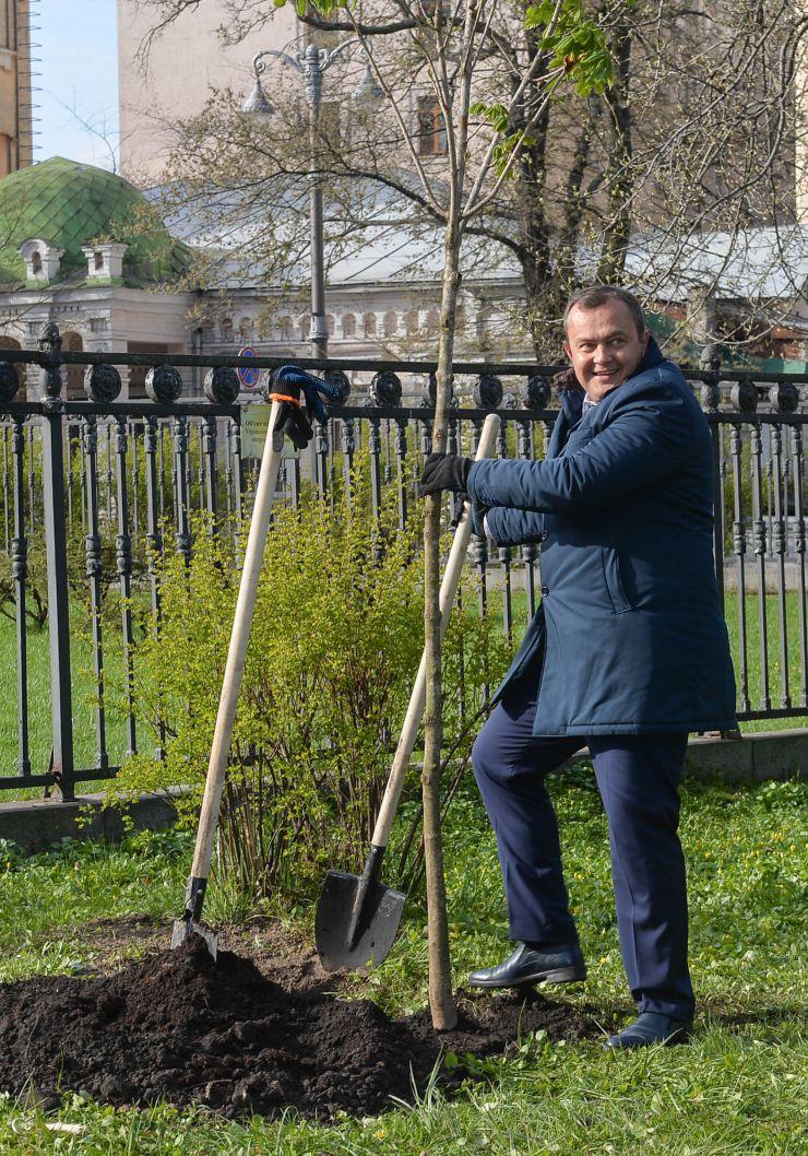 Председатель Верховной Рады Украины Дмитрий Разумков вместе с депутатами посадили деревья в парке Городской сад