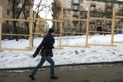 Київ. Розібраний паркан на місці спроби будівництва паркінгу на вул. Прорізній.