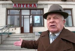 Інвалід І групи Микола Самусік купляє ліки в аптеці.
