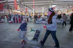 Рейд Київської міської організації захисту прав споживачів з перевірки якості продуктів до Великодня у гіпермаркеті «Ашан».