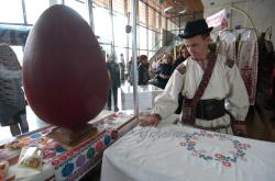 В Українському домі відкрито ярмарок до свята Великодня, в якому візьмуть участь представники всіх регіонів України.