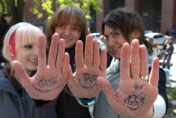 У громадських місцях Києва відбулася акція глобального позитиву «Посмішка долає кризу».