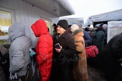 На КПВВ Майорськ – пункту пропуску на умовному кордоні між вільною та окупованою територією України потік людей не зменшується.