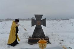 На пункті пропуску Золоте поблизу лінії розмежування відкрито пам'ятник «Воїнам, що віддали свої життя за Україну».