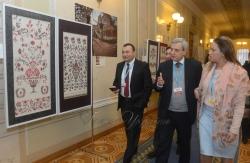 У Верховній Раді України, в кулуарах ІІ-го поверху, відкрито виставку майстрів петриківського розпису Галини Назаренко та Ірини Кібець.