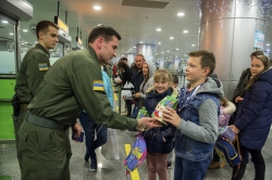 Напередодні свята св. Миколая співробітники Державної прикордонної служби України в аеропорту Бориспіль зустрічали маленьких мандрівників.