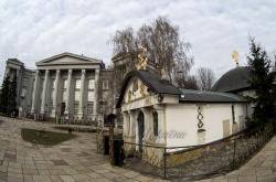 Незаконна каплиця УПЦ МП -  Десятинного чоловічого монастиря Пресвятої Богородиці  на території Національного музею історії України.