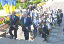 Керівництво держави взяло участь у церемонії покладання квітів до пам'ятників Тарасу Шевченку й Михайлу Грушевському.