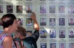 Люди прийшли пом'янути загиблих у АТО рідних напередодні Дня пам'яті на Михайлівську площу до стіни пам'яті.