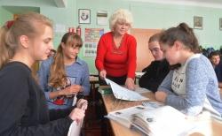 Київ, школа №27, 11-а клас, вчителька, класна керівниця Олена Гоменюк з дітьми.