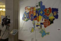 Церемонія передачі Парламенту вишитої карти-оберегу України.