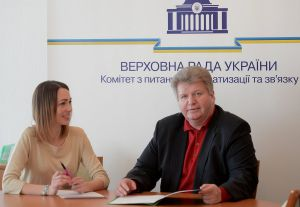 Олександр Старинець та головний консультант комітету Ірина Віннікова під час роботи секретаріату Комітету
