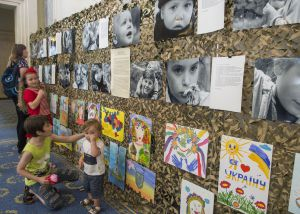 Відкриття тематичної експозиції малюнків та світлин дітей переселенців з Донецької та Луганської областей до Міжнародного дня захисту дітей