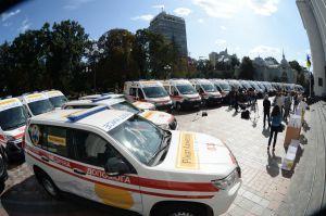 Возле здания ВР Украины вручили ключи от 20 автомобилей скорой медицинской помощи