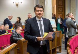 Під час зустрічі у Освітньому центрі Верховної Ради України діти написали на кольорових долоньках побажання народним обранцям.