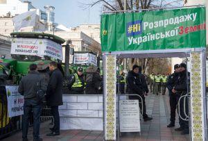 Під Верховною Радою проходить численний мітинг аграріїв проти продажу землі, а також тут зібралися і прихильники її продажу