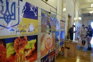 У кулуарах ВР України відбулося відкриття експозиції «Кольори» художника Юрія Неросліка, який створює яскраві патріотичні роботи з державною символікою.