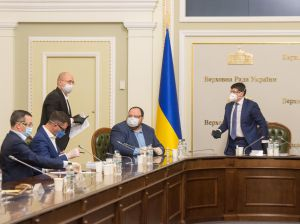 В четверг, 26 марта 2020 в парламенте состоялось совещание с участием руководства Верховной Рады Украины, Премьер-министра Украины Дениса Шмыгаля, председателей депутатских фракций и групп.