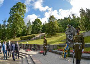 Офіційний візит Голови Верховної Ради України до Литовської Республіки. Урочиста церемонія покладання вінків до Меморіалу полеглим.