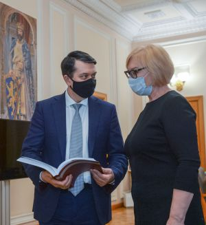 Уполномоченный по правам человека Людмила Денисова вручила председателю ВР Украины Дмитрию Разумкову ежегодный доклад